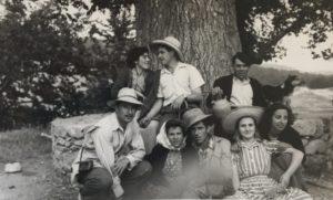 Boines, mocadors, i barrets. c.1952